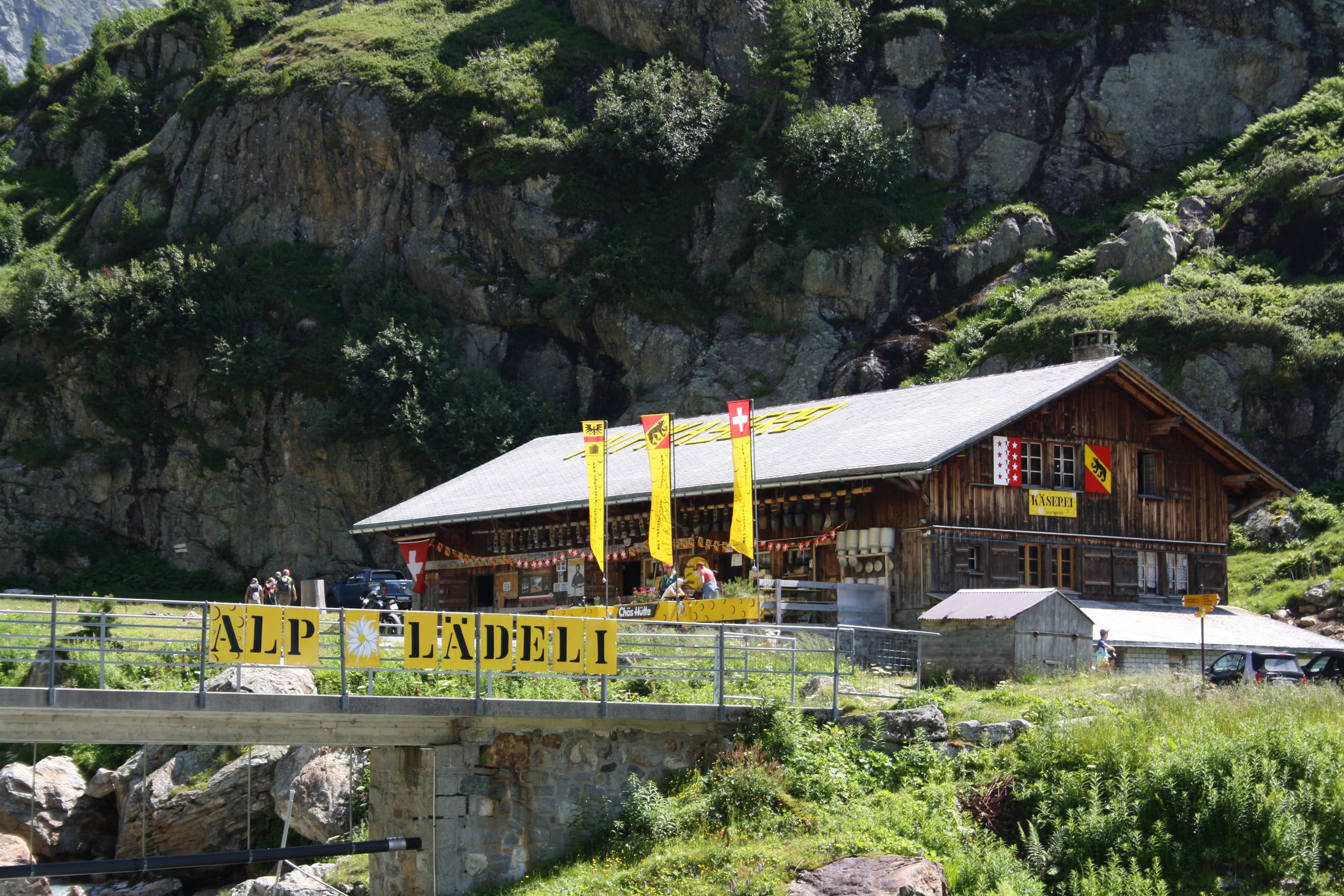 Beim Alpine Center Sustenpass: Alpkäserei Steingletscher