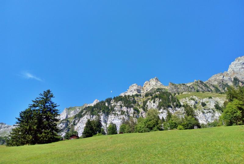 Kaum zu sehen: Basejumper fliegt über Walenstadtberg