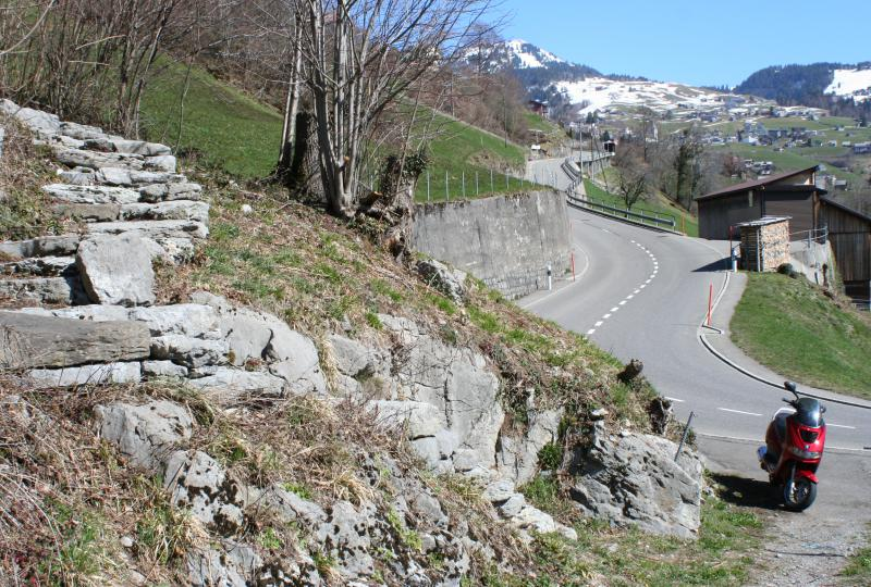 Links ein Teil des historischen Treppenwegs Chappeli-Port (Säumerweg)