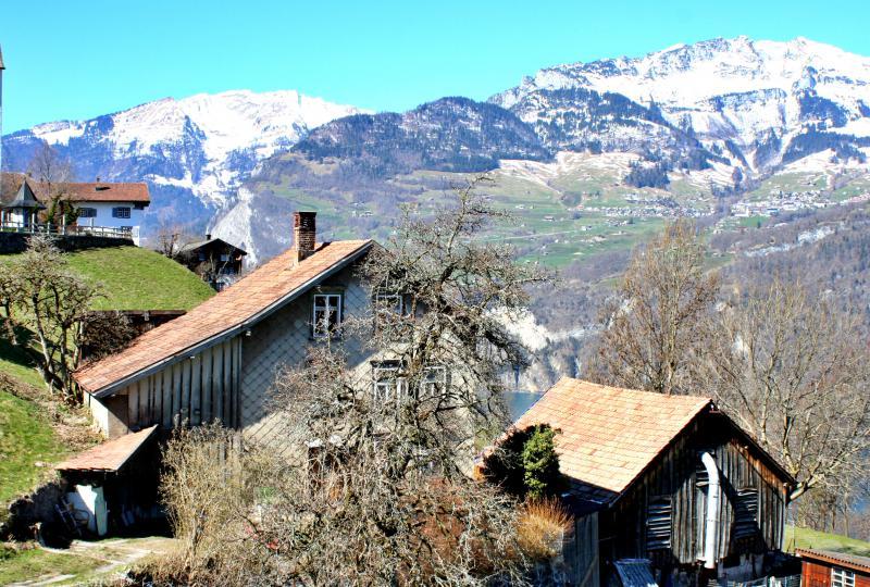 Altes Bauernhaus am Kerenzerberg, im Hintergrund Amden