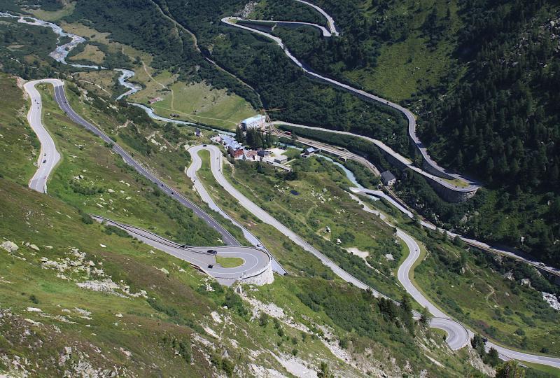 Grimselpass: Blick auf Kurven und das Passzentrum Gletsch