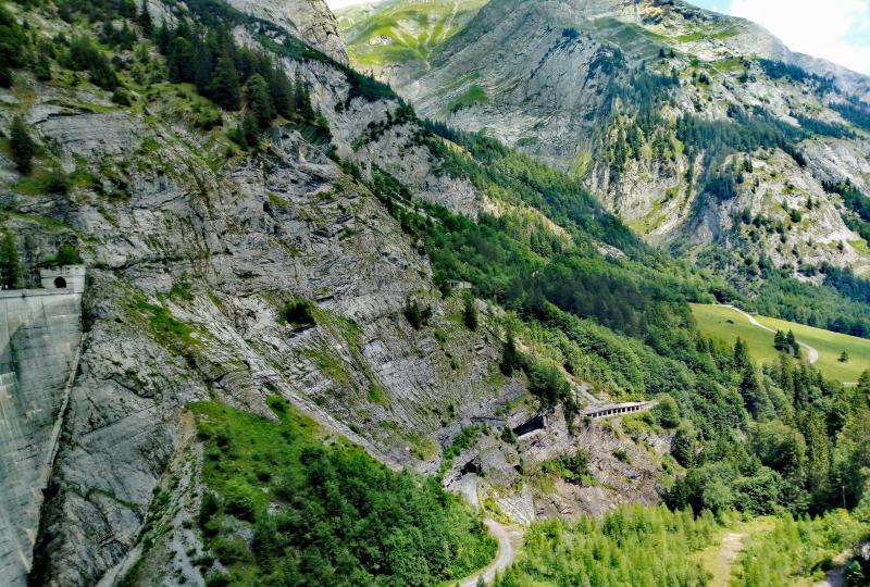 Blick von der Gigerwaldsee-Staumauer auf die Zugangsstrasse