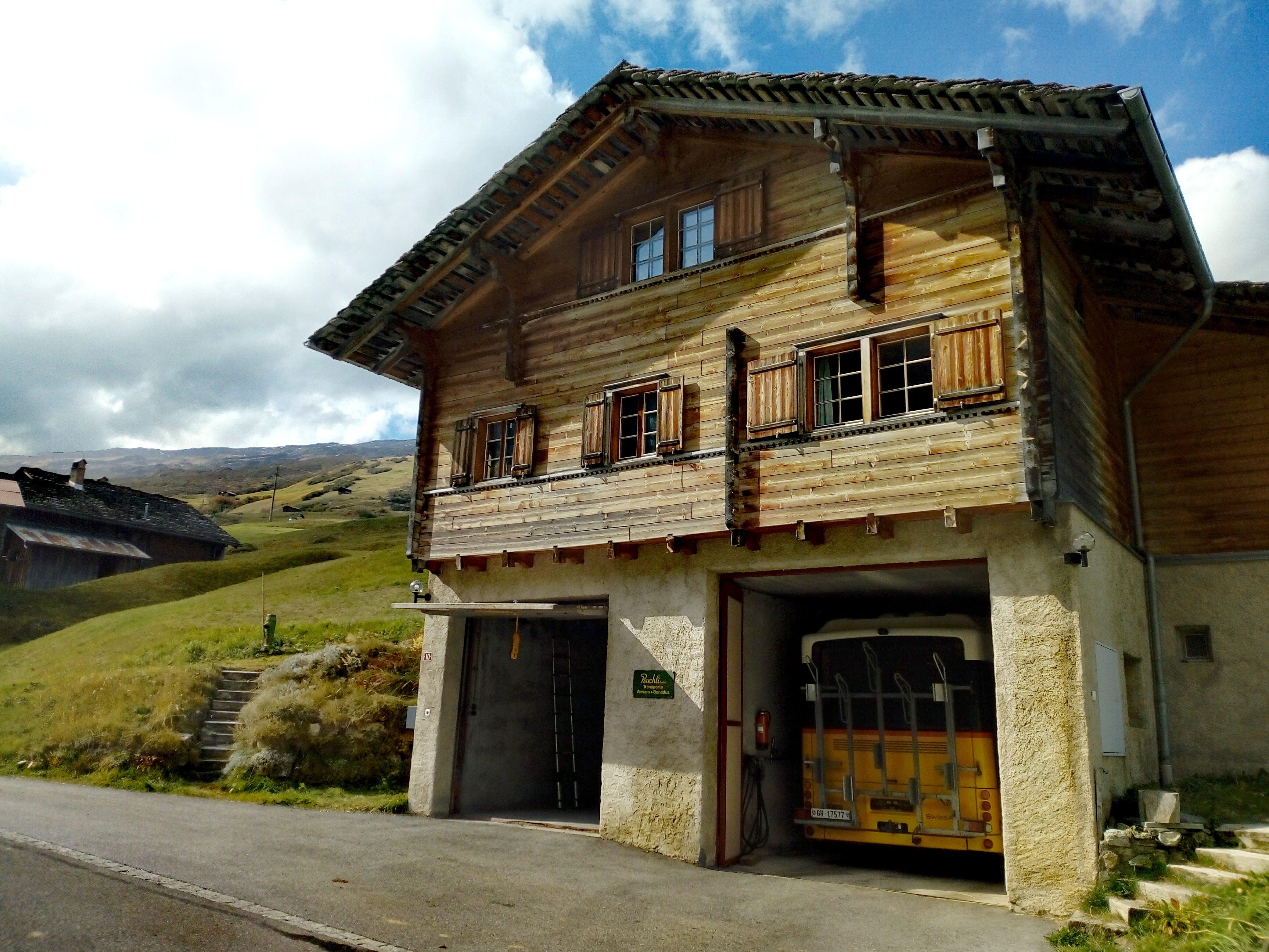 Massarbeit: Garage von PostAuto Schweiz in Thalkirch im Safiental