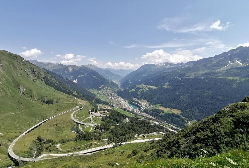 Gotthardpass: Fernblick über die Leventina und auf Airolo