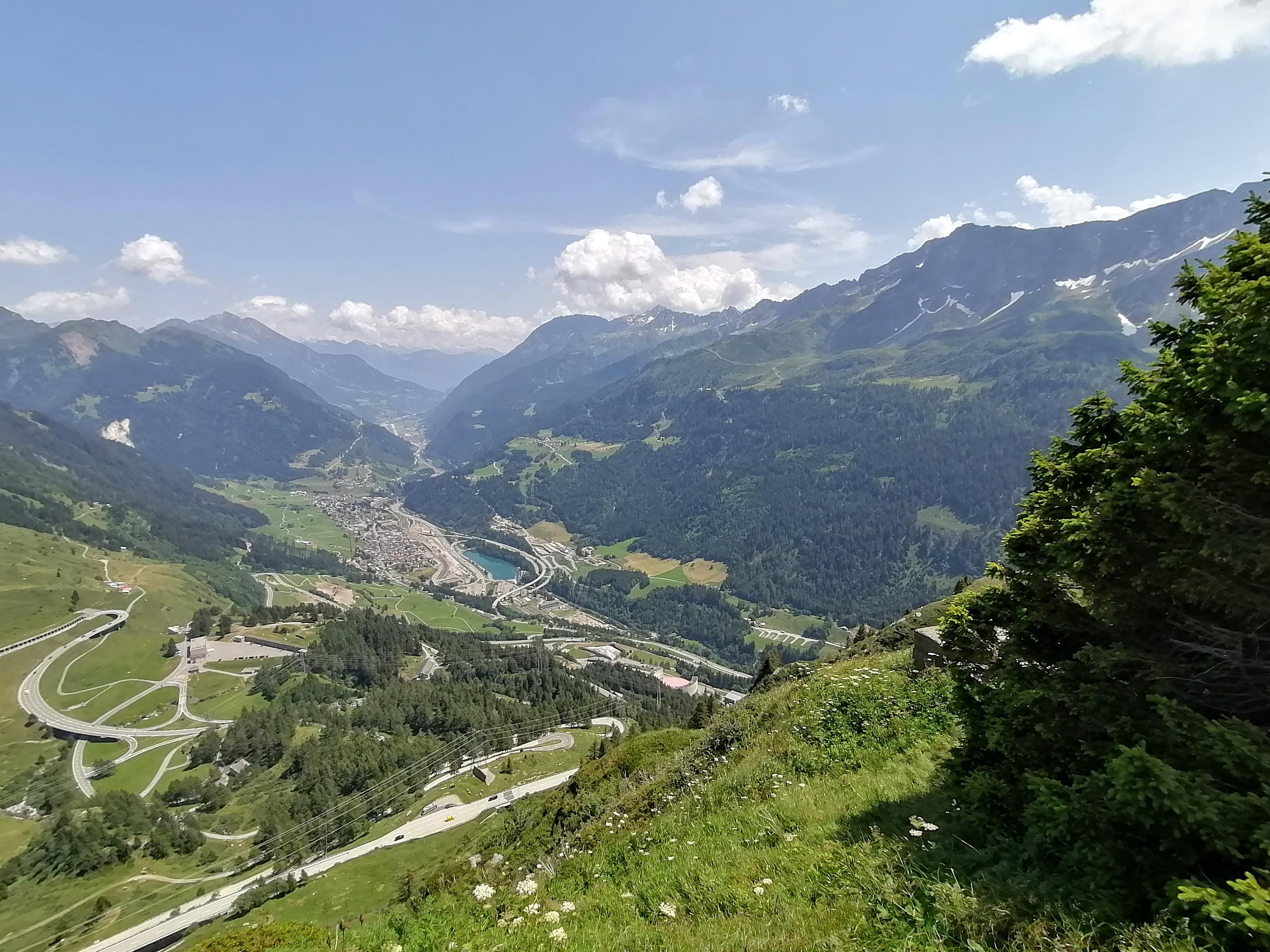 Südseite Gotthardpass: breite Strasse, wenig Kurven