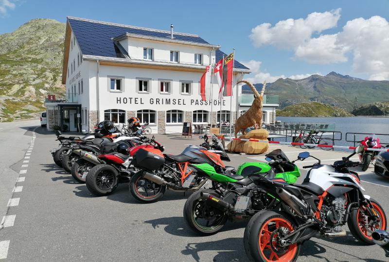 Von Motorrädern umstellt: Hotel Grimsel Passhöhe