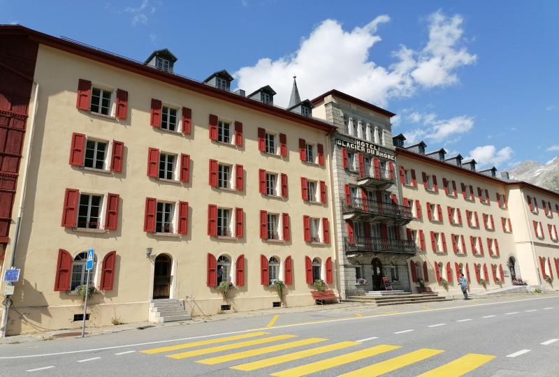Gletsch: Grand Hotel Glacier du Rhône mit imposanter Fassade