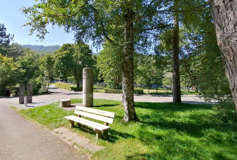 Wildnispark Zürich Langenberg: Eingang mit Denkmälern